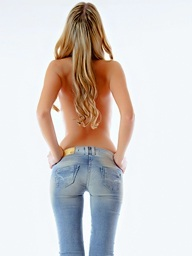 Babe unbuttons her jeans and has enjoyment